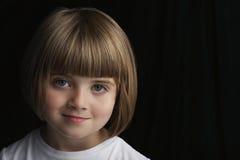 Gulligt le för liten flicka arkivfoton