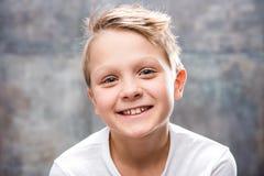 gulligt le för pojke Fotografering för Bildbyråer