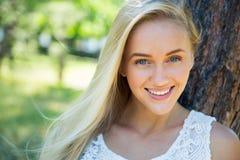 Gulligt le för ung kvinna arkivbild