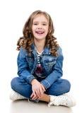 Gulligt le liten flickasammanträde på golvet Arkivfoto