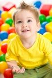 Att leka för barn som är färgrikt, klumpa ihop sig bästa beskådar Arkivfoton
