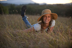 gulligt ligga för flickagräs som är teen Royaltyfri Foto
