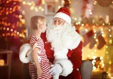 Gulligt liten flickasammanträde på varv för jultomten` s i rum arkivbilder