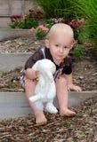 Gulligt litet barn med det välfyllda lammet Arkivfoton