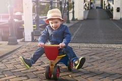 Gulligt litet barn på en trehjuling Royaltyfria Bilder
