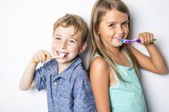 Gulligt litet barn som borstar tänder som isoleras på vit royaltyfri bild