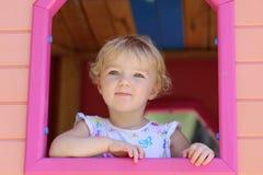 Gulligt litet barnflickanederlag i lekstuga på lekplatsen Royaltyfri Fotografi