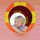 Gulligt litet barnflickanederlag i lekstuga på lekplatsen Royaltyfria Bilder