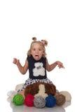Gulligt litet blont flickasammanträde på en stor mjuk hund Fotografering för Bildbyråer