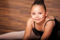 Gulligt litet paraply och lycklig balettdansör Arkivfoto