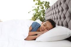 Gulligt litet sova för afrikansk amerikanpojke royaltyfri foto