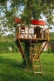 Gulligt litet treehus för ungar Arkivbild