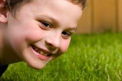 gulligt lyckligt barn för pojke fotografering för bildbyråer