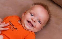 Gulligt lyckligt behandla som ett barn att le för pojke Fotografering för Bildbyråer