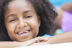 Gulligt lyckligt le för afrikansk amerikanflicka Arkivfoto