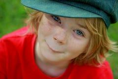 Gulligt lyckligt pojkebarn Arkivfoton