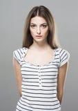 Gulligt mjukt rent le posera för härlig stående för ung kvinna som är attraktivt Royaltyfria Bilder