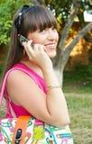 gulligt mobilt talande kvinnabarn Arkivfoto