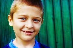 gulligt naturligt ståendeleende för pojke royaltyfria bilder