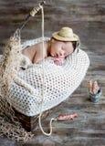 Gulligt nyfött behandla som ett barn att sova för pojke arkivbilder