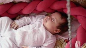 Gulligt nyfött behandla som ett barn att sova i vagga stock video
