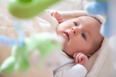 Gulligt nyfött behandla som ett barn flickan med leksaker Royaltyfria Bilder