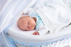Gulligt nyfött behandla som ett barn i vit säng Arkivbild