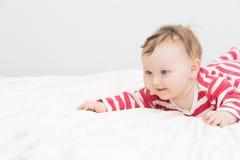 Gulligt nyfött behandla som ett barn leende Arkivfoton