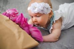Gulligt nyfött behandla som ett barn lukta blommor Royaltyfria Bilder