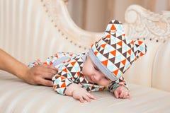 Gulligt nyfött behandla som ett barn pojken i soligt rum arkivbild