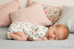 Gulligt nyfött behandla som ett barn pojken som sovar på en filt Arkivfoton