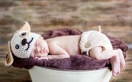 Gulligt nyfött behandla som ett barn sömnar arkivfoto