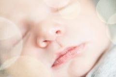 Gulligt nyfött behandla som ett barn serie med det pastellfärgade bokehfiltret Royaltyfri Foto