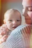 Gulligt nyfött behandla som ett barn serie med tappningfiltret Royaltyfri Bild