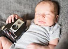 Gulligt nyfött behandla som ett barn serie på grå färger Arkivfoto