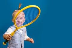 Gulligt och driftigt Liten sportvän Förtjusande litet barn med tennisracket Aktivt lyckligt barn Liten tennis royaltyfria foton
