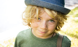 Gulligt pojkebarn utanför Royaltyfri Fotografi