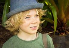 Gulligt pojkebarn utanför Royaltyfri Foto