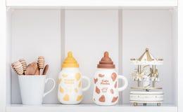 Gulligt porslin mjölkar flaskor med färgrika räkningar royaltyfri foto