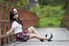 gulligt posera för flicka Arkivfoton