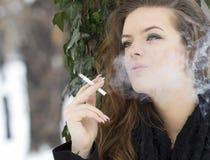 Gulligt röka för kvinna specificerar Arkivfoto