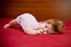 Gulligt roligt behandla som ett barn flickan med gladlynt coiffure Royaltyfria Bilder