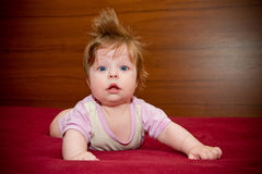 Gulligt roligt behandla som ett barn flickan med gladlynt coiffure Arkivbild