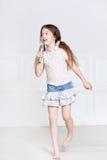 Gulligt sjunga för liten flicka Fotografering för Bildbyråer