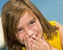 gulligt skratta för flicka Arkivfoto