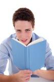 gulligt skrivbord för bokpojke hans avläsning Arkivfoto