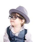 Gulligt smart behandla som ett barn ungen med hatten Arkivfoton