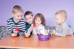 Gulligt spela för små ungar Arkivbilder