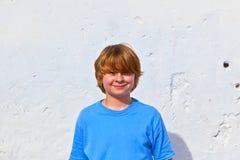 gulligt ståendebarn för pojke arkivfoto