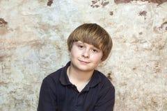 gulligt ståendebarn för pojke Royaltyfria Bilder